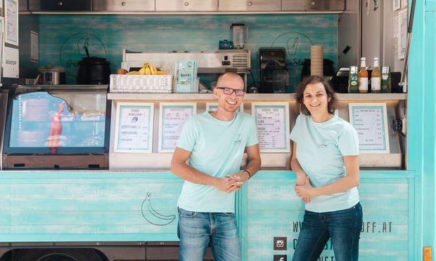 Natalie Henien und Peter Gottwald kam die Idee für den nachhaltigen Foodtruck beim Karotten entsaften. / Bild: Valerie Voithofer