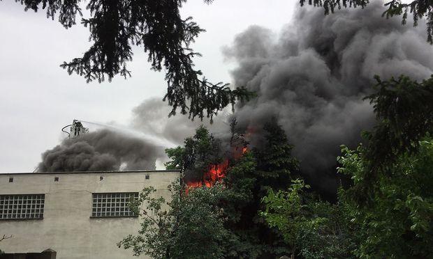 Löscheinsatz bei Brand in Lagerhalle