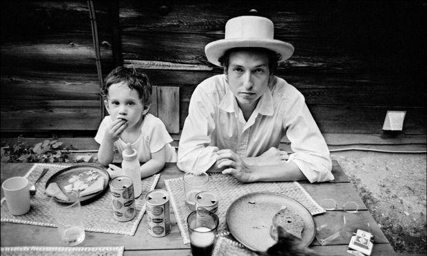 Daheim, vor seinem Haus in Woodstock, 1968: Bob Dylan mit seinem ältesten Sohn Jesse – der heute auch schon 52 ist und in der Filmbranche arbeitet.