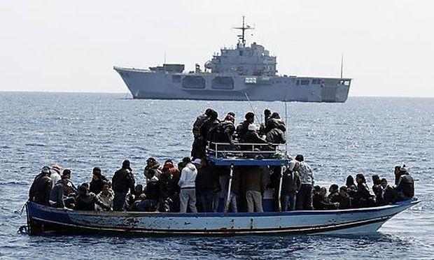 Symbolbild: Migranten auf einem Boot vor der Küste Italiens.