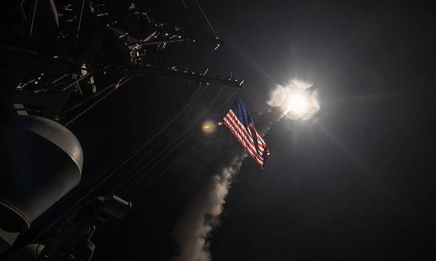 Tomahawk-Rakete, die von der USS Ross abgefeuert wird