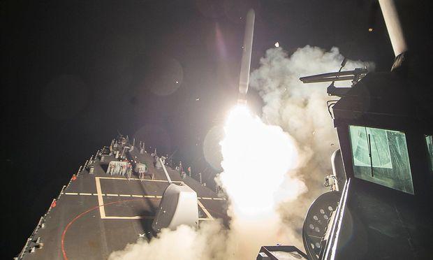 Eine Tomahawk feuert von der USS Ross ab.