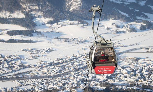 Die schwedische SkiStar-Gruppe investierte in St. Johann in eine neue Zehnerkabinenbahn und eine Sechsersesselbahn (r.) aufs Kitzbüheler Horn.