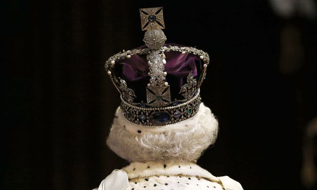 Mächtiges Mauerwerk schützt die englischen Kronjuwelen, der letzte Diebstahlversuch war vor 350 Jahren. Neugierige Blicke freilich sind erlaubt. Die Queen selbst darf die Krone auch nur zu Dienstanlässen tragen.