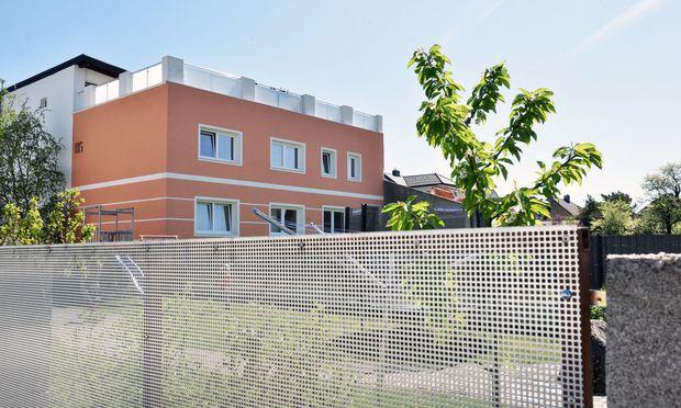 Das Gräuliche ist der Farbe gewichen: Die Rückseite des Hauses in der Amstettner Ybbsstraße, das vor zehn Jahren Josef Fritzl gehört hat.