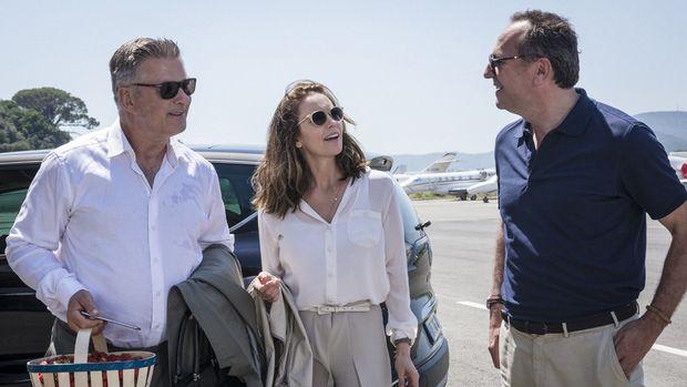 """Sommerliche Reise: Alec Baldwin (als erfolgreicher Hollywood- Produzent), Diane Lane (als dessen Gattin) und Arnaud Viard (als Lebemann) in """"Paris kann warten""""."""