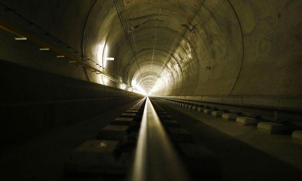 Schwarze Löcher, rote Zahlen: Milliardenteure Tunnel allein bringen noch keine Verkehrsverlagerung auf die Schiene.