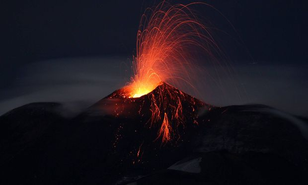 Aetna auf Sizilien spuckt Lava Catania He resumes the Strombolian activity at the central pit crat