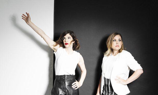 Sleater-Kinney schrumpften zum Duo aus Carrie Brownstein und Corin Tucker. Drummerin Janet Weiss stieg angesichts der neuen Richtung aus der Band aus.