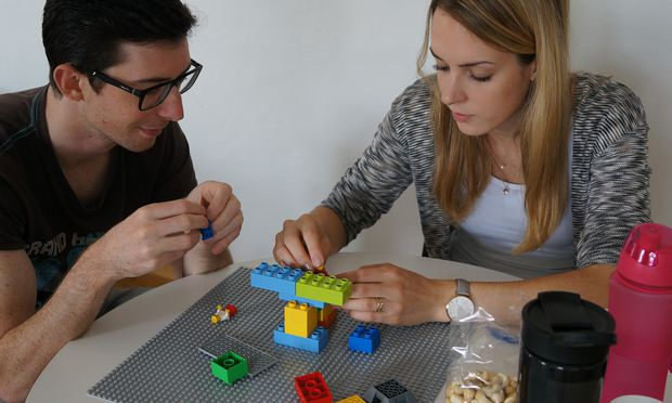 Studierende der FH IMC Krems vertiefen sich mit Lego-Bausteinen in ihre Aufgabe.