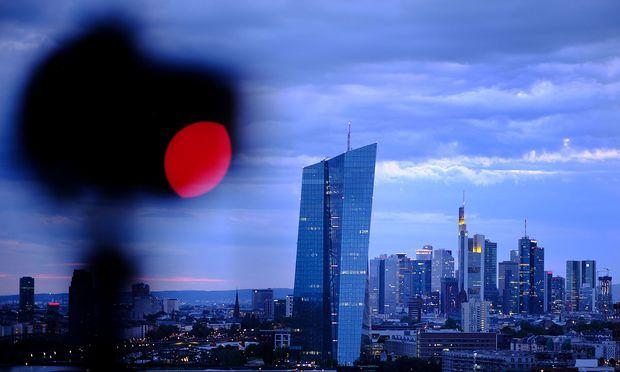 Archivbild: Die Frankfurter Skyline mit dem EZB-Gebäude