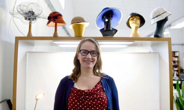 Seit sie klein war, trifft man Christina Lichy selten ohne Kopfbedeckung – auch wenn es bloß ein Haarband ist, wie hier in der Werkstatt Schnittbogen unter der U6.