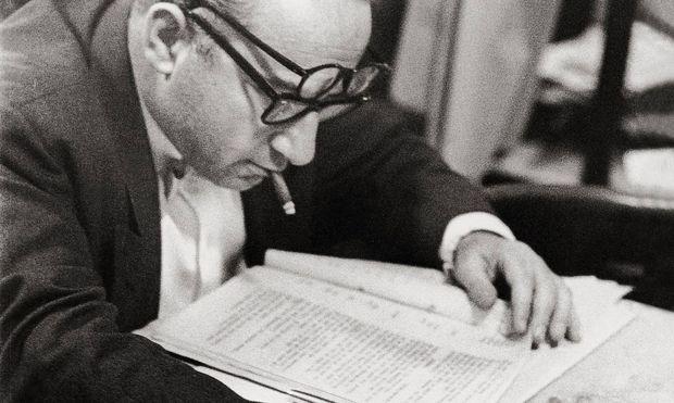 Rauchen, redigieren, Brillen balancieren: Hans Weigel im Café Hawelka.