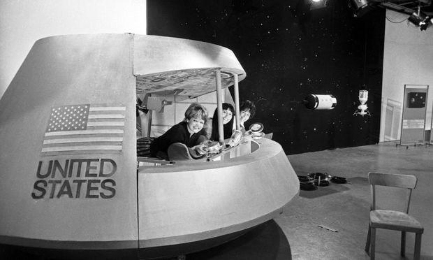 Drei Moderatorinnen in einer nachgebauten Apollo-Raumkapsel in Deutschland. Die Mondlandung war ein Medienevent, ein Straßenfeger. Familien, Freunde versammelten sich vor den Fernsehschirmen. / Bild: imago/United Archives