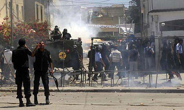 Ausschreitungen Tunis Polizeiposten attackiert
