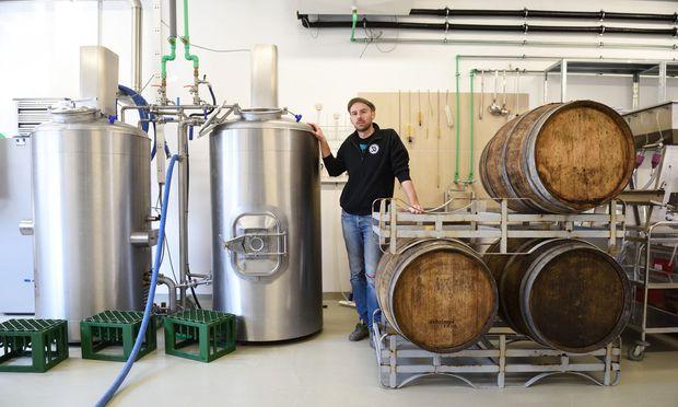 Braumeister Jörg Gartler lässt seine Biere gerne im Weinfass lagern und verwendet unterschiedlich stark geröstetes Bio-Malz.