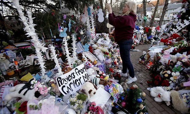 In Newtown wird am Freitag, eine Woche nach dem Attentat, der 27 Opfer gedacht.