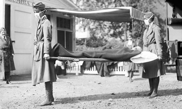 Die ersten Krankheitsfälle tauchten in den USA im März 1918 auf. Durch den Krieg kam die Seuche nach Europa.