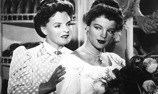 """Magda und Romy Schneider als Tante und Nichte im Film """"Die Deutschmeister"""" von 1955."""