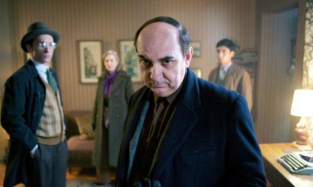 Gejagt vom Polizisten Peluchonneau, der zugleich zum Erzähler wird: Luis Gnecco als seine Häscher narrender Neruda.