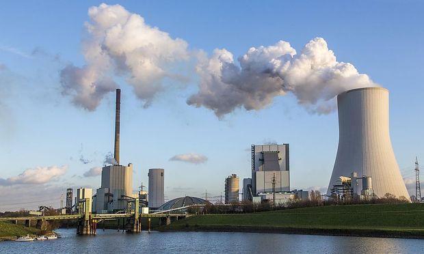 STEAG Steinkohlekraftwerk Walsum am Rhein bei Duisburg Kuehlturm von Block 10