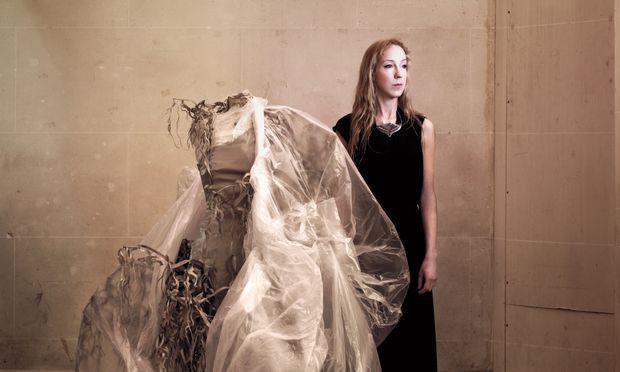Visionärin. Iris van Herpen macht seit 12 Jahren Mode, die verschiedene Disziplinen vereint. / Bild: (c) Jean Baptiste Mondino