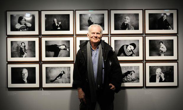 """Jim Rakete vor seinen Porträts des Burgtheaterensembles in Wien. Die Ausstellung """"Jim Rakete. Die Burg. Innenleben"""" ist bis Mitte Mai in der Leica-Galerie (Walfischgasse 1, Ecke Kärntner Straße) zu sehen."""