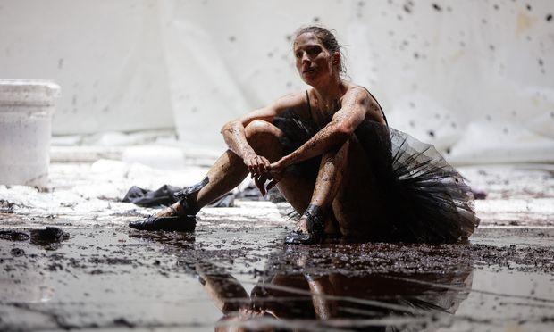 Tanzen, bis es wehtut: Anna Sophie Krenn in einer endzeitlichen Umgebung.