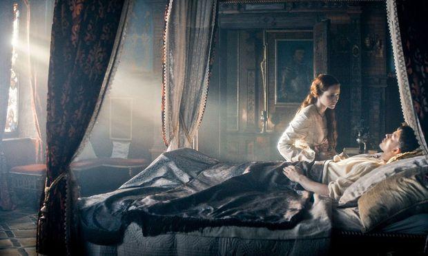 Maria (Christa Théret) am Krankenbett von Maximilian (Jannis Niewöhner): Er überlebt alle Angriffe und Verletzungen, sogar den Sturz in eine Pestgrube.