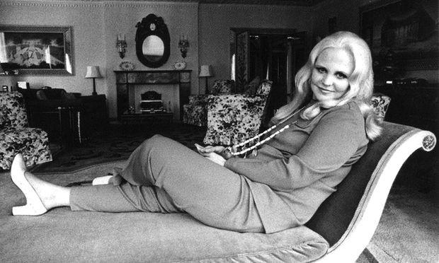 In ihren späten Jahren blieb Peggy Lee am liebsten in der kitschigen Bettenburg ihrer Luxusvilla in Bel Air, Los Angeles. 2002 starb sie 81-jährig an einer Herzattacke.