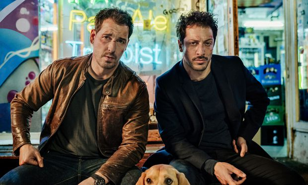 """Felix Kramer (l.) und Fahri Yardım ermitteln in der Netflix-Serie """"Dogs of Berlin""""."""