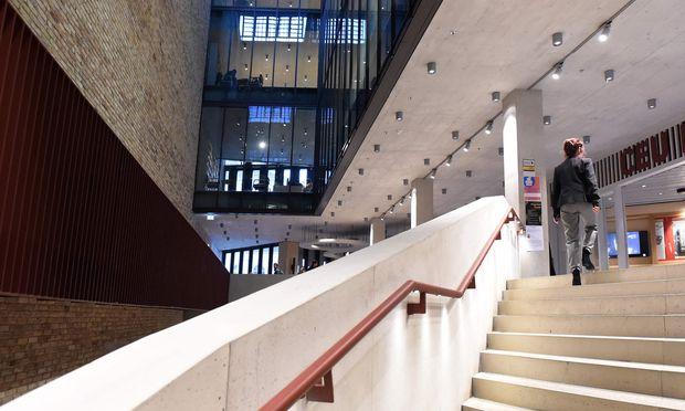 Wird er leer stehen, wird er verkauft? Was mit dem noch ziemlich neuen CEU-Campus in Budapest passiert, sei  noch offen, sagt Botstein.