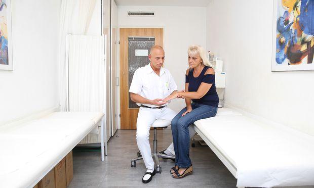 Rheumapatientin Brigitte G. mit ihrem Arzt, Thomas Schwingenschlögl.