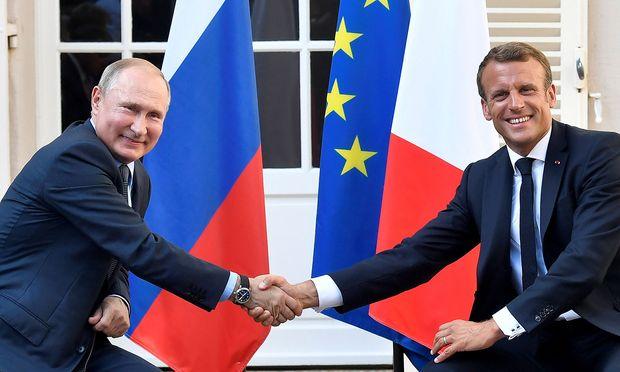 Der russische Präsident Wladimir Putin (links) zu Besuch bei seinem französischen Amtskollegen  Emmanuel Macron