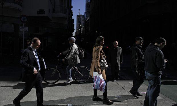 Fußgänger in Buenos Aires. Argentinien gilt als Schwellenland mit relativ hohen Nachhaltigkeitsstandards.