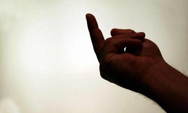 Der Stinkefinger funktioniert nonverbal, wird aber des öfteren verbal begleitet. / Bild: (c) Bilderbox