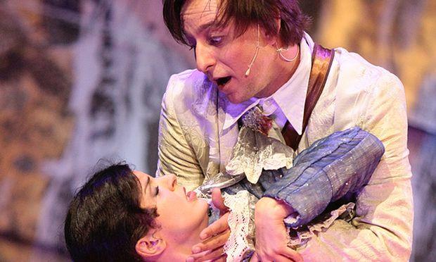 Der naive Quecksie (Julian Loidl) und die böse-listige Prinzessin Zoraide (Ivana Rauchmann).