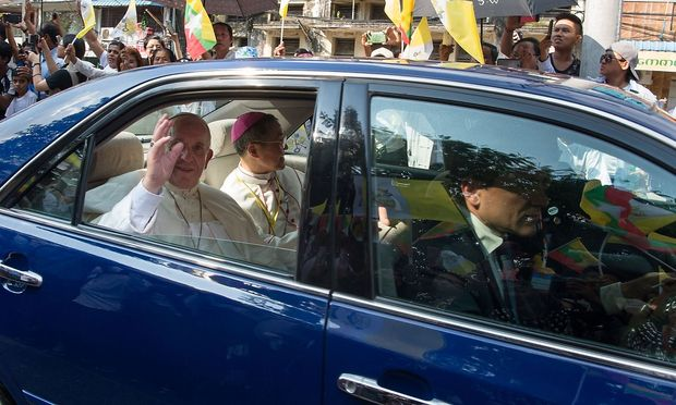 Papst Franziskus ist in Rangun jubelnd empfangen worden.