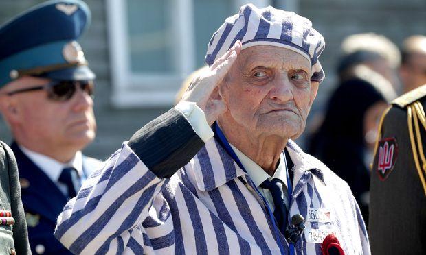 KZ-Überlebender Igor Malitski, 93, aus der Ukraine, salutiert an der Gedenkstätte des ehemaligen Konzentrationslagers Mauthausen während der Gedenkfeier