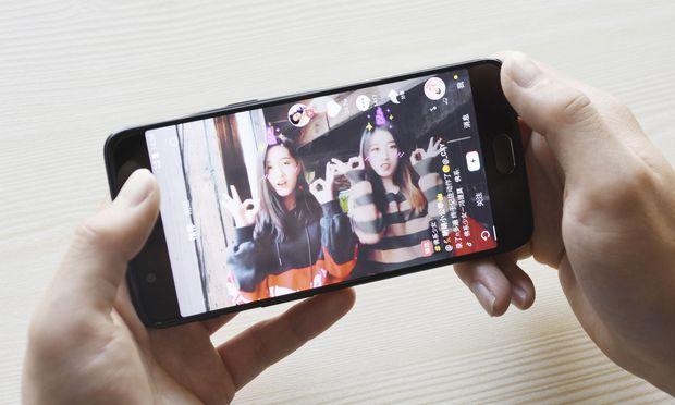 Die häufigsten Videos auf Tiktok zeigen junge Nutzer dabei, wie sie ihre Lippen synchron zu bekannter Musik bewegen und sich dabei filmen.