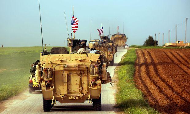 Einsatz in Syrien. US-Elitesoldaten rücken in gepanzerten Fahrzeugen gemeinsam mit kurdischen Kämpfern vor. / Bild: (c) APA/AFP/DELIL SOULEIMAN