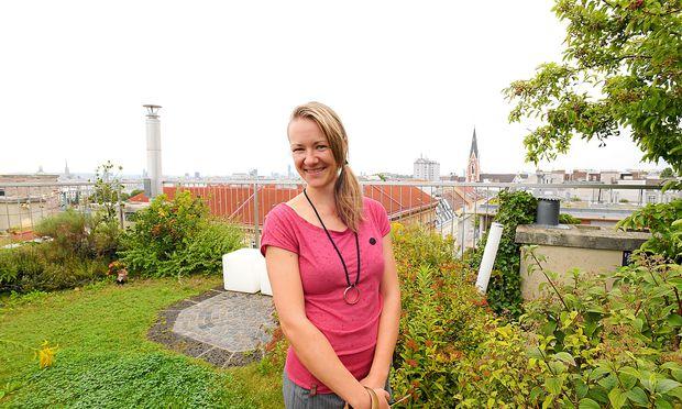 """Vera Enzi am Dachgarten von """"Grünstattgrau"""" / Bild: (c) DIMO DIMOV"""