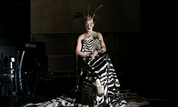 Schrilles Outfit für einen leisen, sensiblen Künstler: Steven Cohens Performance ist seinem verstorbenen Lebensgefährten Elu gewidmet.