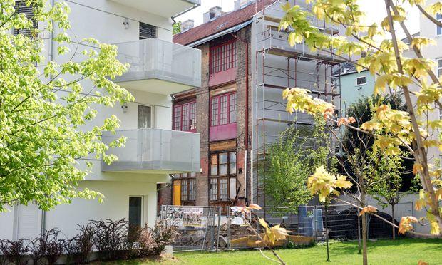 Neue und alte Architektur treffen in dieser Siedlung auf der Margaretenstraße aufeinander.