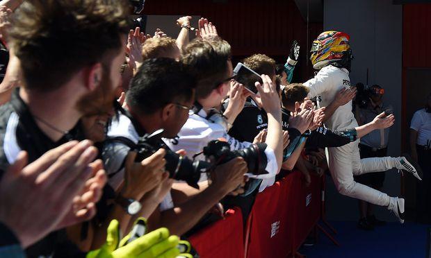 Lewis Hamilton jubelt mit Fans