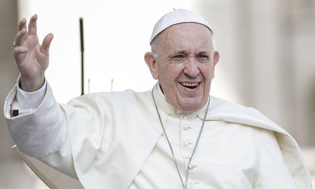 Gläubige in Sorge: Papst verletzt sich bei Vollbremsung im Papamobil