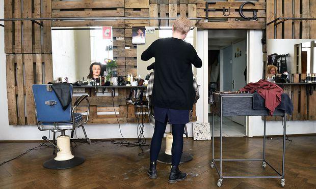 Die Friseurlehre ist unter Frauen beliebt - die Einstiegsgehälter sind niedrig.