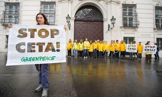 Protest gegen Ceta von Greenpeace-Aktivisten vor dem Bundeskanzleramt am Mittwoch.