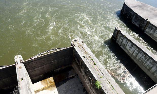 Am Fuß der Wehr kommt das Wasser aus dem Turbinengang wieder an die Oberfläche.