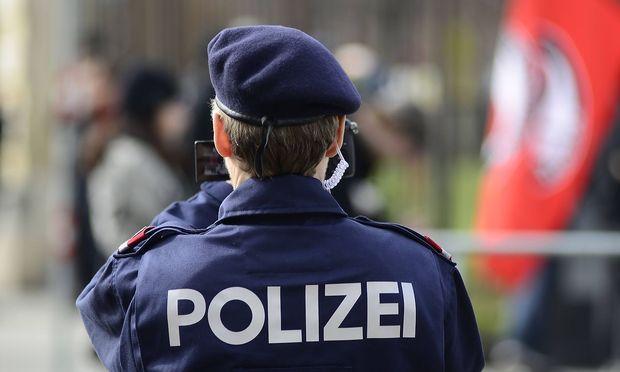 Archivbild: Ein Wiener Polizist (mit einer Videokamera)